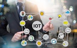 Funcionamiento de la mano del hombre de negocios de IOT y Internet de la palabra de las cosas (IoT) Imagenes de archivo