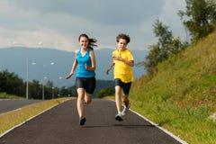 Niños que corren, salto al aire libre Fotografía de archivo