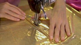 Funcionamiento de la mujer como diseñador de moda con la máquina de coser almacen de metraje de vídeo