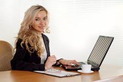 Funcionamiento de la mujer de negocios Imágenes de archivo libres de regalías