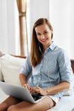 Funcionamiento de la mujer de negocios, usando hogar del ordenador portátil Comunicación de la gente Foto de archivo libre de regalías