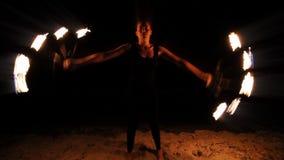 Funcionamiento de la mujer del fuego almacen de metraje de vídeo