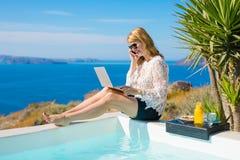 Funcionamiento de la mujer mientras que el vacaciones en mediterráneo Fotos de archivo
