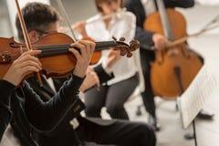 Funcionamiento de la orquesta sinfónica de la música clásica imagen de archivo