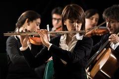 Funcionamiento de la orquesta sinfónica: primer del flautista fotos de archivo libres de regalías