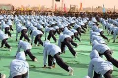 Funcionamiento de la yoga en ceremonia opning en el 29no festival internacional 2018 de la cometa - la India Fotos de archivo libres de regalías