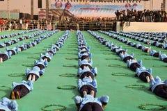 Funcionamiento de la yoga en ceremonia opning en el 29no festival internacional 2018 de la cometa - la India Imagenes de archivo