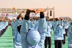 Funcionamiento de la yoga en ceremonia opning en el 29no festival internacional 2018 de la cometa - la India Imagen de archivo libre de regalías