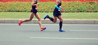Funcionamiento de las piernas de los corredores de maratón Imagenes de archivo