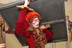 Funcionamiento de los actores del caballero Pezho de las muñecas del teatro que vaga en el salón de la piel de ante del teatro Imagen de archivo