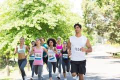 Funcionamiento de los atletas del maratón foto de archivo libre de regalías