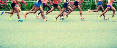 Funcionamiento de los atletas del maratón Imagen de archivo