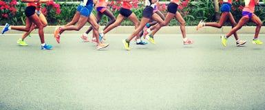 Funcionamiento de los atletas del maratón Imagen de archivo libre de regalías