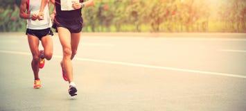 Funcionamiento de los corredores de maratón Foto de archivo libre de regalías