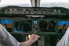 Funcionamiento de un avión comercial Fotos de archivo libres de regalías