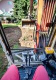 Funcionamiento de un cavador o de un excavador Imagen de archivo libre de regalías