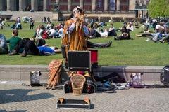 Funcionamiento de un ejecutante de la calle. Música india Imagen de archivo libre de regalías