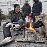 Funcionamiento de un tostador de palomitas de maíz chino del maíz fotos de archivo