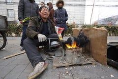 Funcionamiento de un tostador de palomitas de maíz chino del maíz Fotografía de archivo