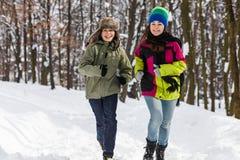 Funcionamiento del adolescente y de la muchacha al aire libre en parque del invierno Imagen de archivo