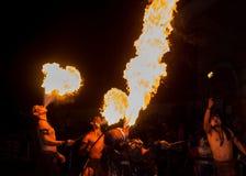 Funcionamiento del artista del comedor de fuego. imagen de archivo