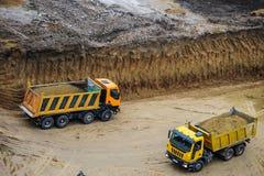 funcionamiento del camión del excavador de la niveladora Foto de archivo