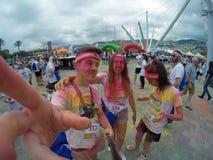 Funcionamiento del color, 5 kilómetros a correr adelante o caminando, con explosiones de polvos, de juegos y de porciones colorea Imagen de archivo libre de regalías