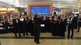 Funcionamiento del coro para los pasajeros en el aeropuerto de Sheremetyevo en Moscú almacen de metraje de vídeo