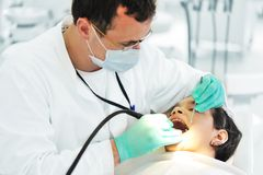 Funcionamiento del dentista imagen de archivo libre de regalías