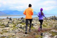 Funcionamiento del deporte - corredores en rastro del campo a través Imagen de archivo libre de regalías
