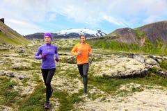 Funcionamiento del deporte - corredores en rastro del campo a través Imágenes de archivo libres de regalías