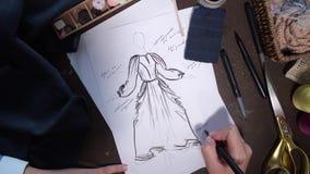 Funcionamiento del diseñador de ropa en bosquejo de la moda almacen de metraje de vídeo