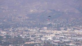 Funcionamiento del Ejército de los EE. UU. del día del ` s del veterano con el skydiver almacen de video