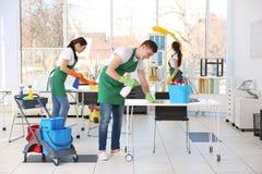 Funcionamiento del equipo del servicio de la limpieza Foto de archivo