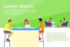 Funcionamiento del escritorio de la gente del centro de Coworking que se sienta ilustración del vector