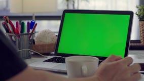 Funcionamiento del escritorio en casa encendido con la pantalla del verde del ordenador port?til metrajes