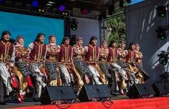 Funcionamiento del grupo de la danza popular de Turquía imagenes de archivo
