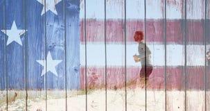 Funcionamiento del hombre con la bandera americana hecha de la madera metrajes