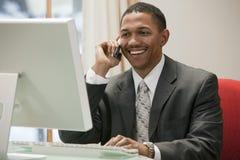 Funcionamiento del hombre de negocios imagen de archivo libre de regalías