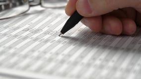 Funcionamiento del hombre de negocios y finanzas del cálculo Él lee y escribe informes concepto de la contabilidad financiera del metrajes