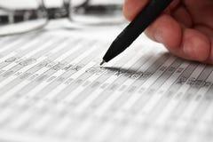Funcionamiento del hombre de negocios y finanzas del cálculo concepto de la contabilidad financiera del negocio manos del primer imagen de archivo