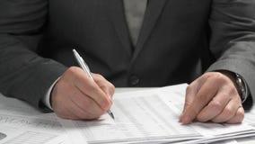 Funcionamiento del hombre de negocios y finanzas del c?lculo ?l lee y escribe informes concepto de la contabilidad financiera del almacen de metraje de vídeo