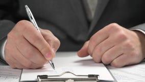Funcionamiento del hombre de negocios y finanzas del c?lculo ?l lee y escribe informes concepto de la contabilidad financiera del metrajes