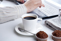 Funcionamiento del hombre de negocios y una taza de café Imagen de archivo