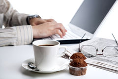 Funcionamiento del hombre de negocios y una taza de café Imágenes de archivo libres de regalías