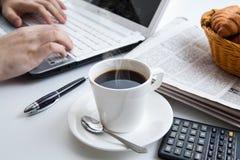 Funcionamiento del hombre de negocios y una taza de café Fotografía de archivo libre de regalías