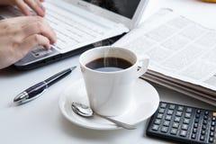 Funcionamiento del hombre de negocios y una taza de café Imagenes de archivo
