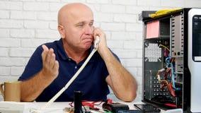 Funcionamiento del hombre en la charla del mantenimiento del ordenador a llamar por teléfono y a gesticular almacen de video