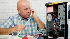 Funcionamiento del hombre en la charla del mantenimiento del ordenador a llamar por teléfono y a gesticular almacen de metraje de vídeo