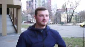 Funcionamiento del hombre joven al aire libre almacen de metraje de vídeo